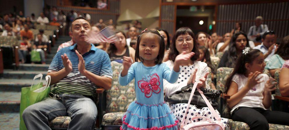 Foto: Angela Zhang, de tres años y de China, con una bandera estadounidense en una ceremonia de concesión de ciudadanía celebrada en Los Ángeles (Reuters)
