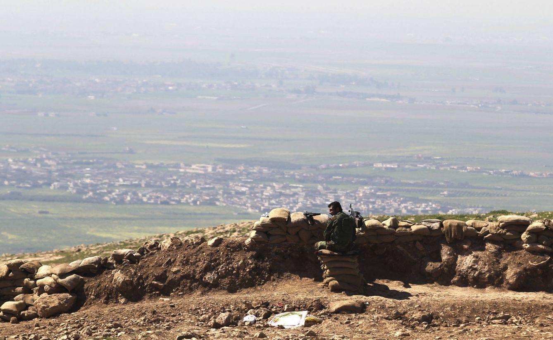 Foto: Un combatiente peshmerga, en su posición en las montañas de Bashiqa, desde la que se observa el territorio del ISIS. (Reuters)