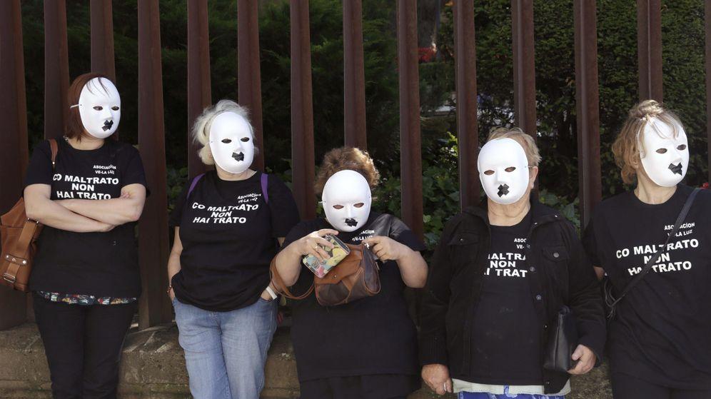 Foto: Mujeres se manifiestan en Santiago de Compostela en contra de la violencia de género. (EFE)