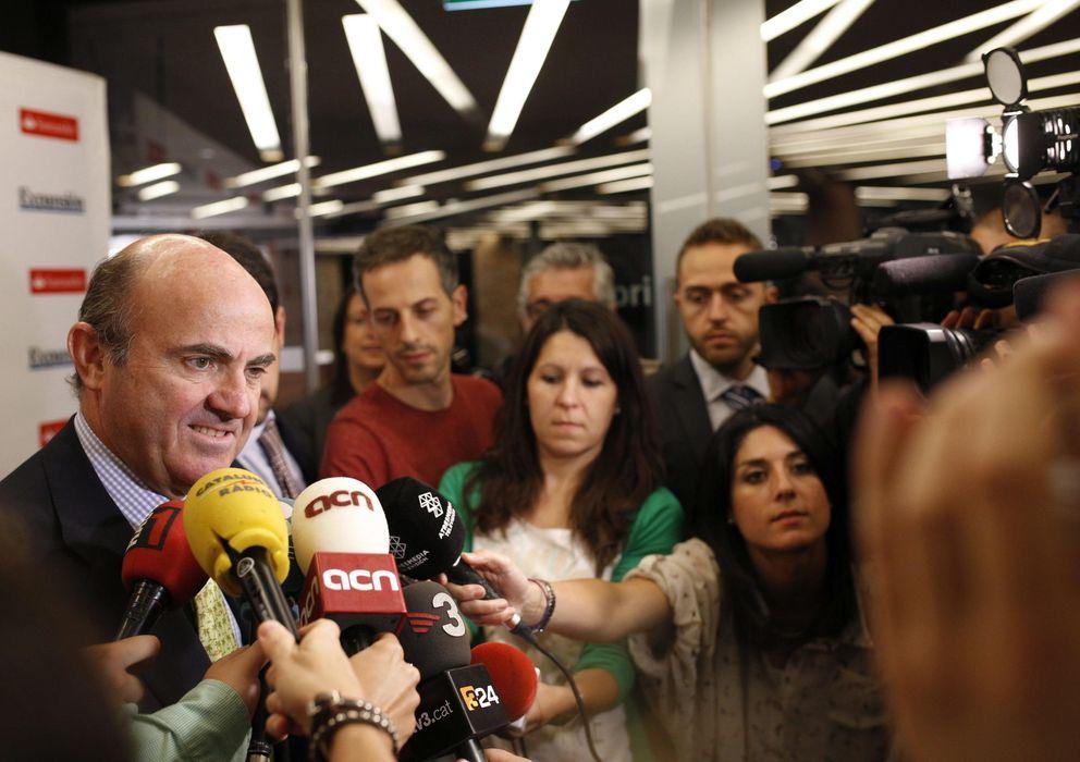 """Foto: El ministro de Economía atiende a los medios durante la inauguración en Barcelona del encuentro """"Cataluña, una economía de éxito"""" (Efe)."""