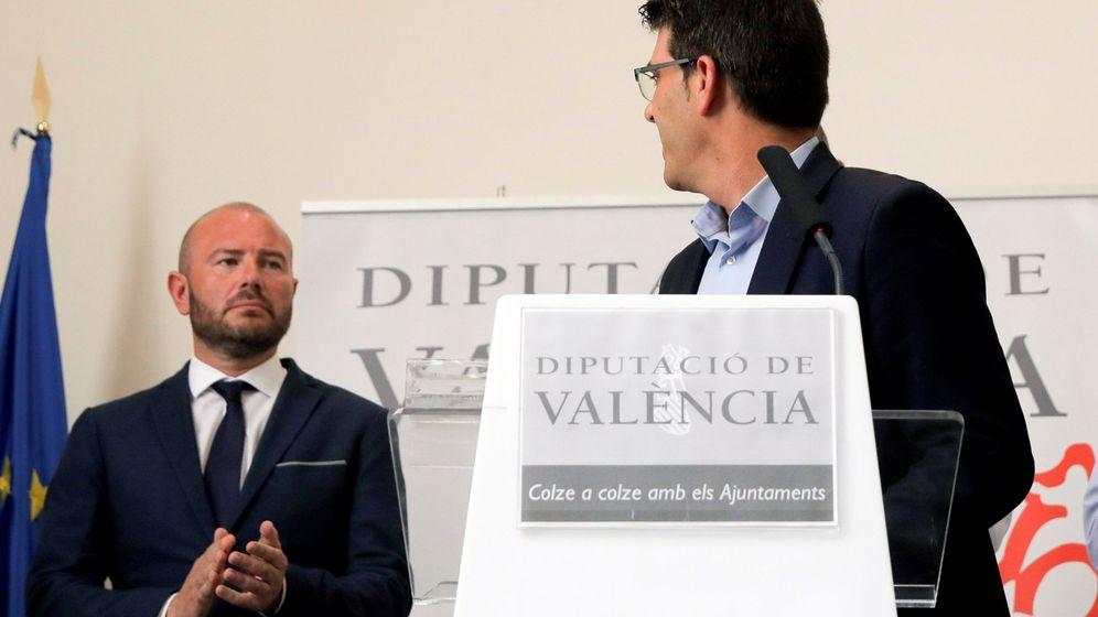 Foto: Jorge Rodríguez mira a su sustituto en la Diputación de Valencia, Toni Gaspar, en la rueda de prensa en la que ha anunciado su dimisión. (EFE)