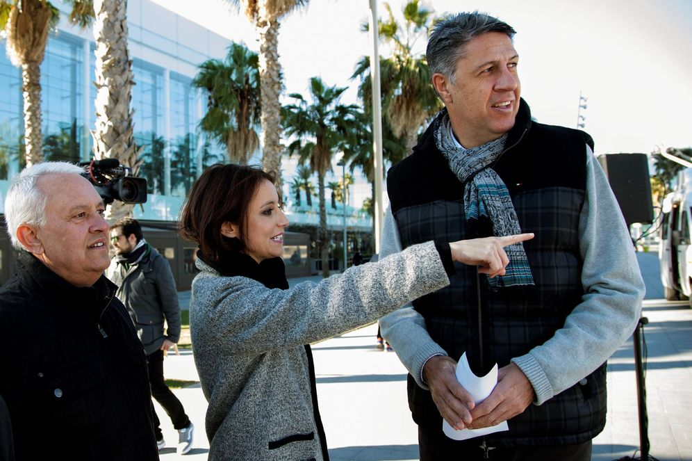 Foto: El candidato del PP, Xavier García Albiol, presenta su imagen de campaña junto a los dos y tres, Andrea Levy y Santi Rodríguez, el pasado 3 de diciembre en Barcelona. (EFE)