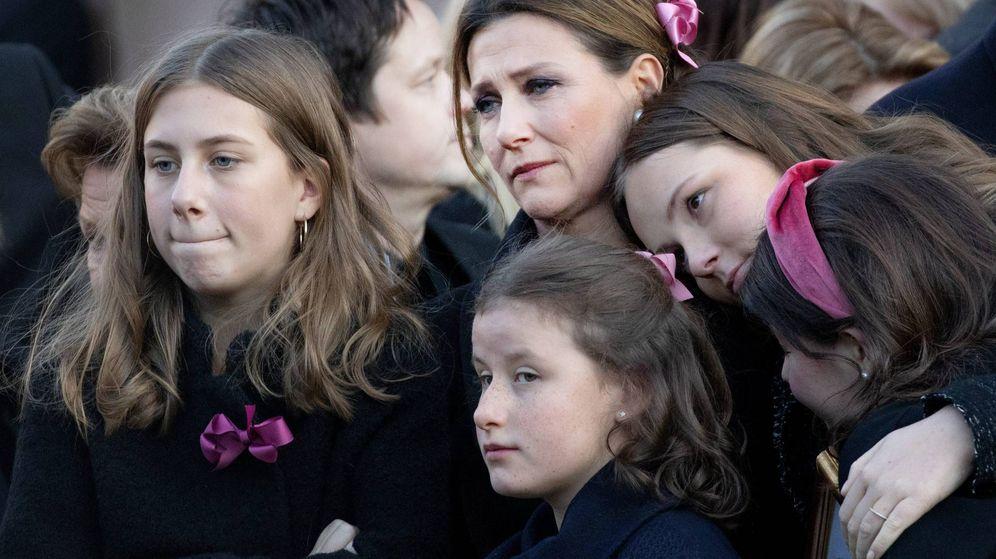 Foto: Marta Luisa con sus hijas, en el funeral de Ari Behn. (Cordon Press)