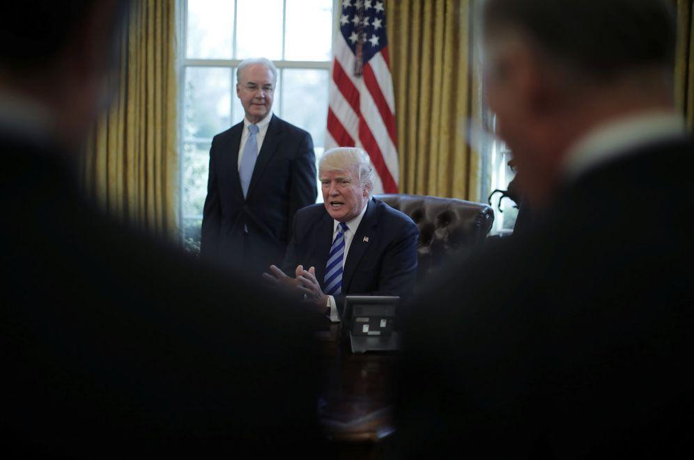 Foto: El presidente Trump habla con periodistas en el Despacho Oval tras la retirada de su propuesta sanitaria. (Reuters).