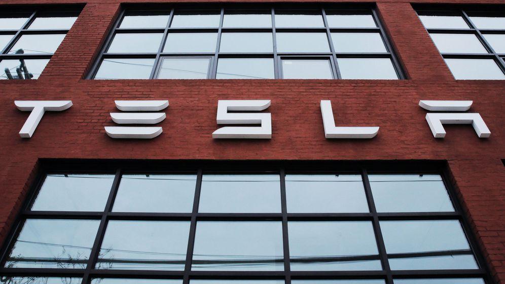 Foto: Edificio con el logo de Tesla en Nueva York. (Reuters)
