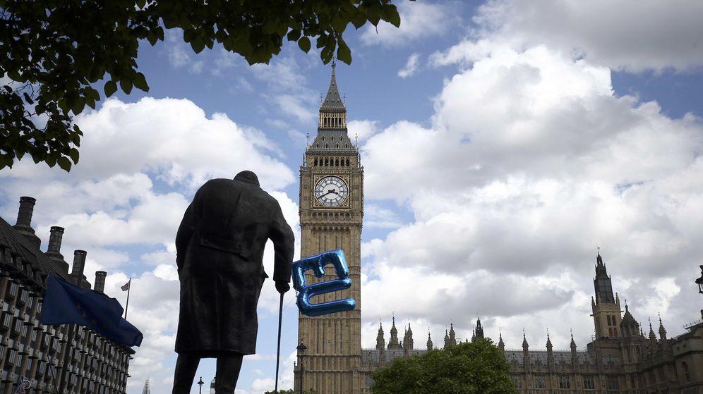 Foto: Un globo a favor de la UE atado a la estatua de Winston Churchill en Parliament Square, Londres. (Reuters)
