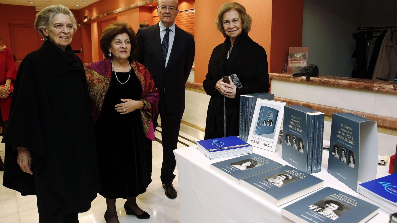 La reina Sofía y su hermana Irene, en la presentación de los diarios. (EFE)