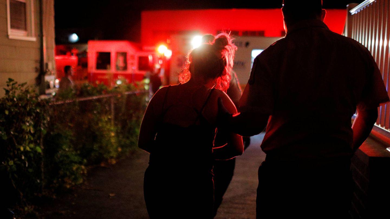 Un sanitario ayuda a una mujer que ha sido reanimada tras sufrir una sobredosis , en Salem, un suburbio de Boston. (Reuters)