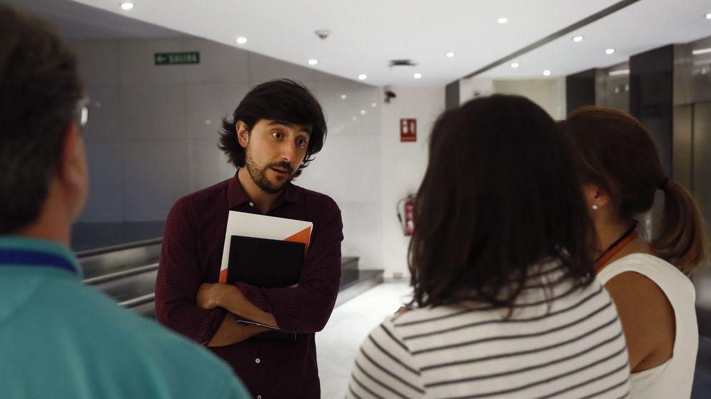 Foto: Toni Roldán conversa en los pasillos del Congreso de los Diputados. (EFE)