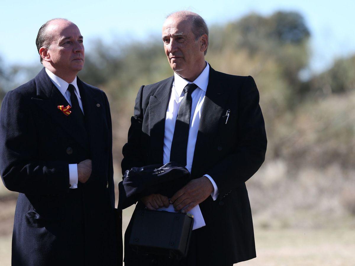 Foto: Francis Franco (dcha.) charla con Luis Felipe Utrera Molina en la exhumación de Franco. (EFE)