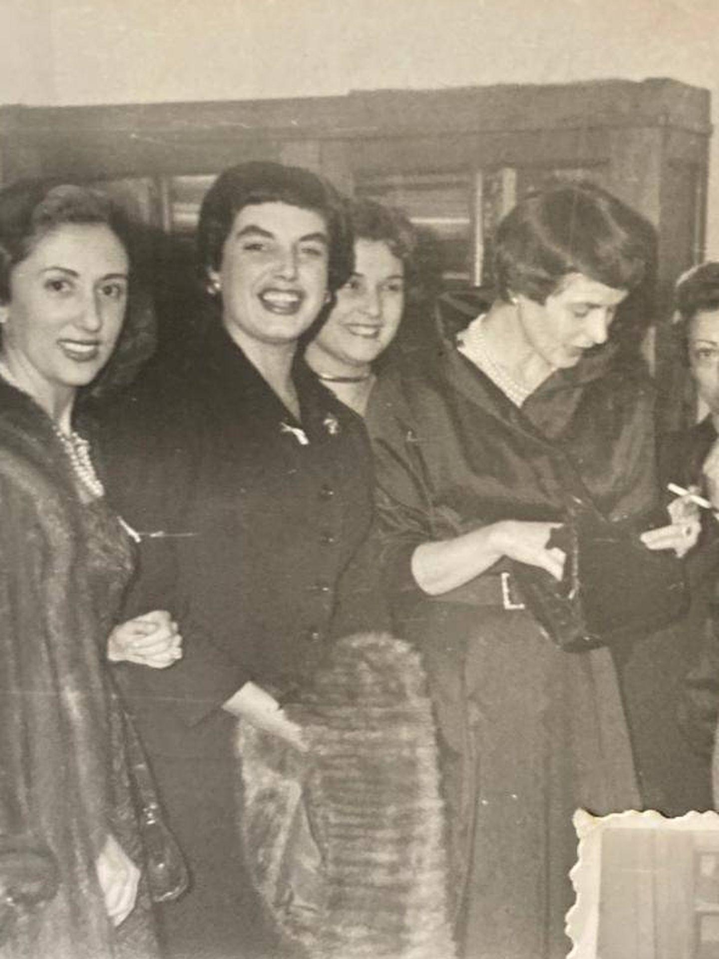 La madre de Pilar Eyre (centro), junto a Ingrid Bergman en una fotografía cedida por la autora.