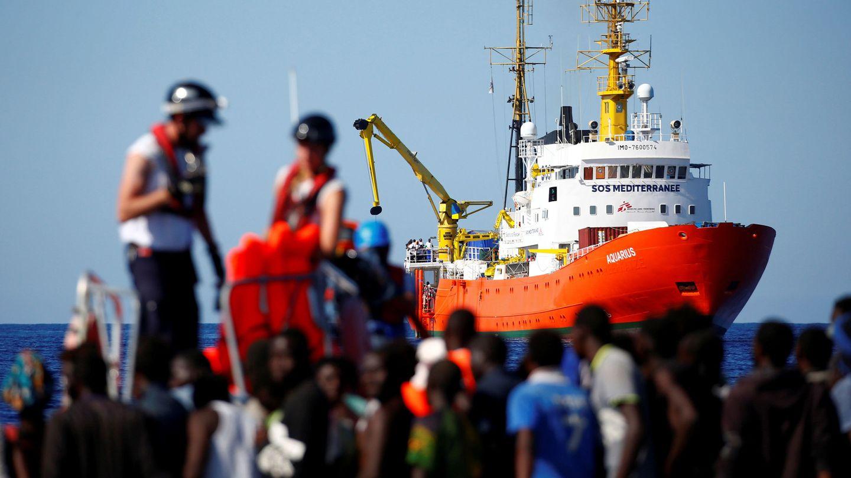 Migrantes rescatados por la ONG SOS Mediterranée esperando para embarcar en el Aquarius. (Reuters)