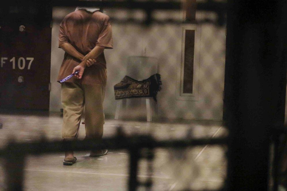 Foto: Un detenido camina en el patio de su bloque en la prisión de Guantánamo, en marzo de 2016 (Reuters)