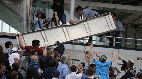 Una placa de metal crea el pánico en la pista central de Roland Garros