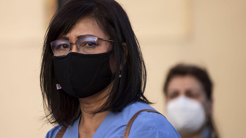 Médicos y enfermeros se están viendo en el paro o con sus salarios recortados (EFE EPA/Etienne Laurent)