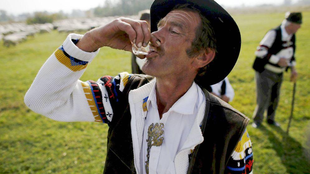 Foto: Un hombre bebiendo vodka en el sur de Polonia. (Reuters)