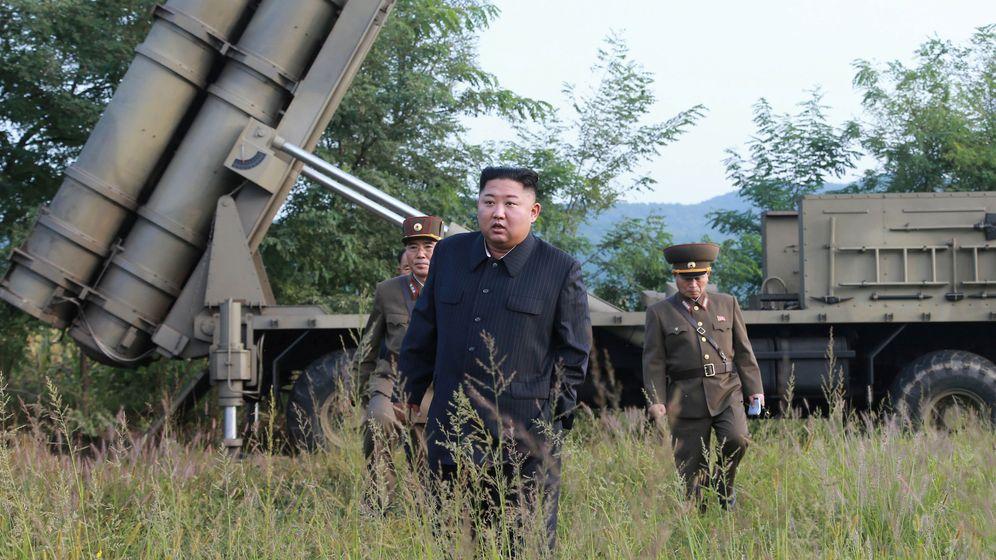 Foto: Foto difundida por la Agencia de noticias central de Corea del Norte de Kim Jong-un supervisando la última prueba de lanzacohetes. (EFE)