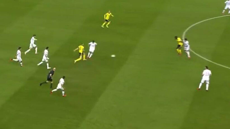 Isak se le anticipa y le gana la posición tras una pérdida de balón.