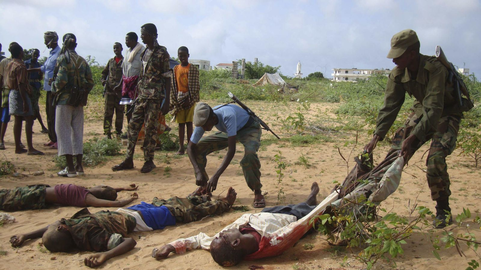 Foto: Un soldado somalí arrastra el cadáver de un miliciano de Al-Shabab abatido en el norte de Modadiscio, en junio de 2010 (Reuters).
