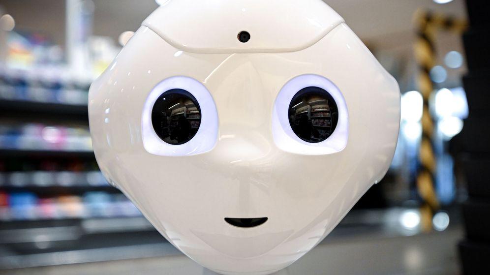 Foto: Un robot dedicado a aportar indicaciones sobre las medidas de protección contra el virus a los clientes de un supermercado alemán. (Reuters)