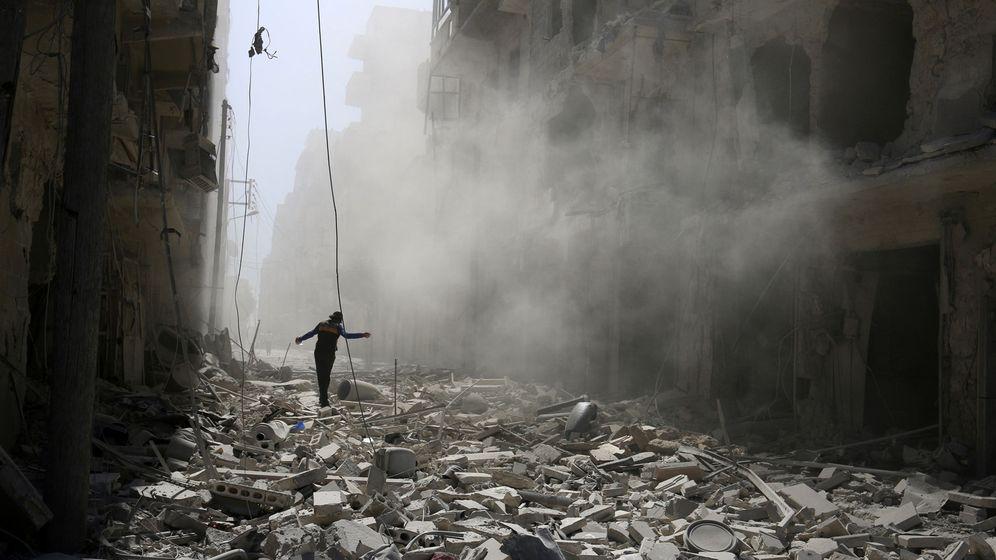 Foto: Un hombre camina sobre las ruinas de un barrio de Alepo, en Siria. (Reuters)