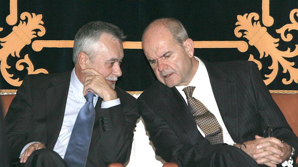 Foto: Los expresidentes de Andalucía Manuel Chaves (d) y José Antonio Griñán. (EFE)