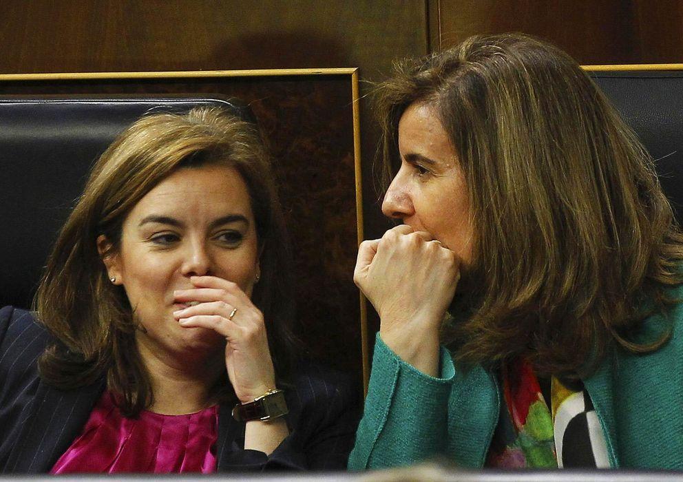 Foto: La vicepresidenta del Gobierno, Soraya Sáenz de Santamaría (i) y la ministra de Empleo, Fátima Báñez. (EFE)