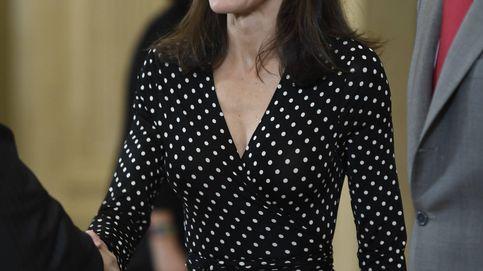 Letizia presume de cinturita con un vestido de lunares para recibir a los Hispanos