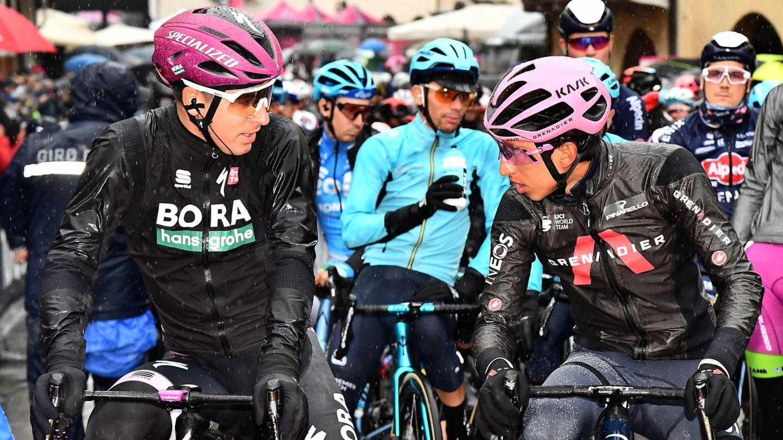 Egan Bernal y Peter Sagan charlan antes de iniciar la etapa. (EFE)