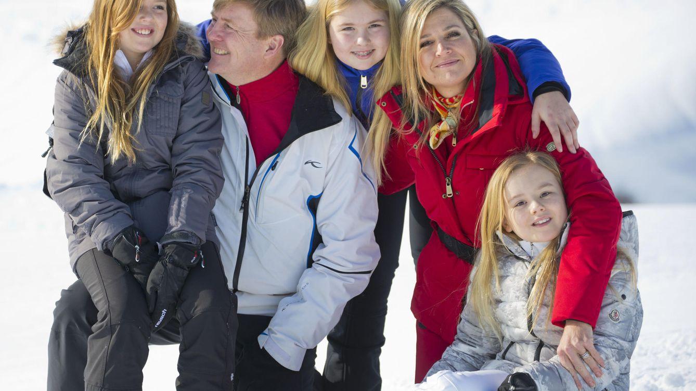 Foto: Los reyes de Holanda junto a sus tres hijas en Lech (Gtres)