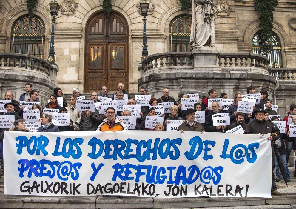 Foto: Concentración por los derechos de los presos de ETA encarcelados en Sevilla (Efe).