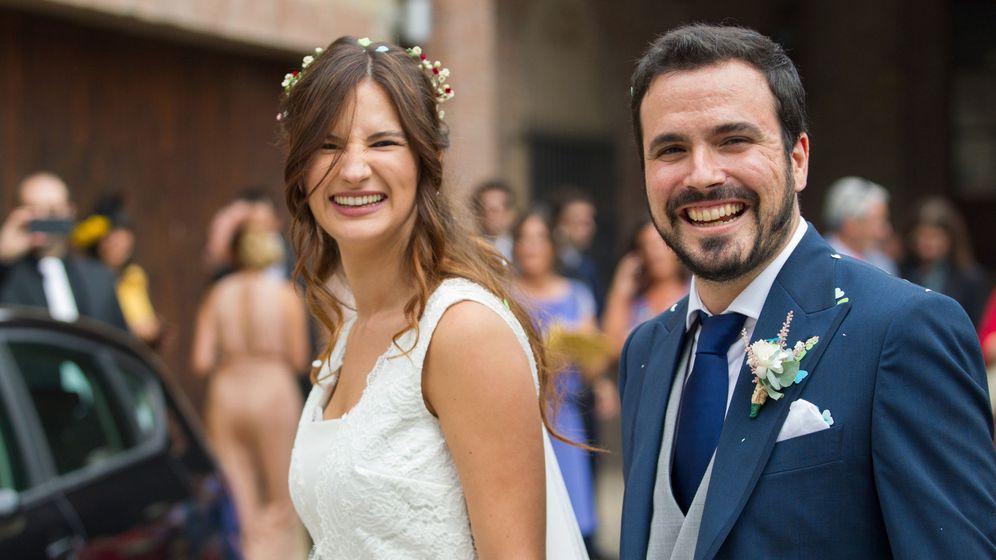 Foto: El coordinador federal de Izquierda Unida, Alberto Garzón, y su mujer, Anna Ruiz, tras darse el sí quiero. (EFE)