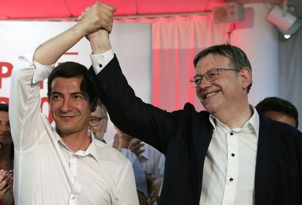 Foto: Rafa García (i), alcalde de Burjassot, felicita a Ximo Puig, el vencedor de las primarias del PSPV-PSOE de este domingo. (EFE)