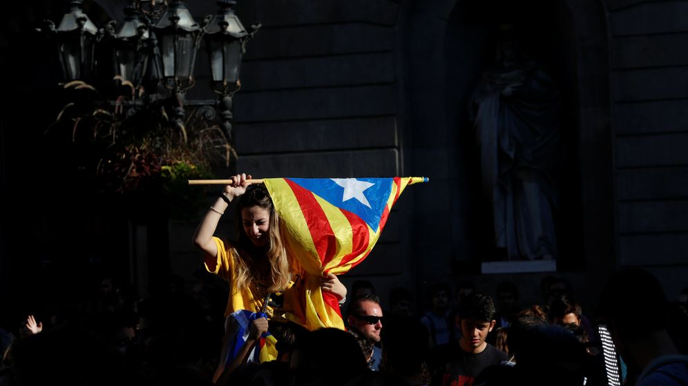 Foto: Un manifestante independentista ondea una estelada en la plaza Sant Jaume. (Reuters)