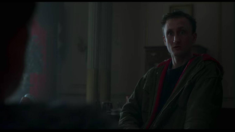 Michael Fagan, en la cama de la reina Isabel. (Netflix)