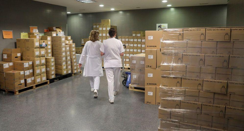Foto: Personal sanitario en la farmacia del Hospital Universitario Puerta de Hierro de Majadahonda (Madrid). (EFE)
