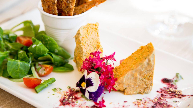 Así se fotografía un paté vegetal con pan de cebolla deshidratado. (Foto: Levél Veggie Bistro)