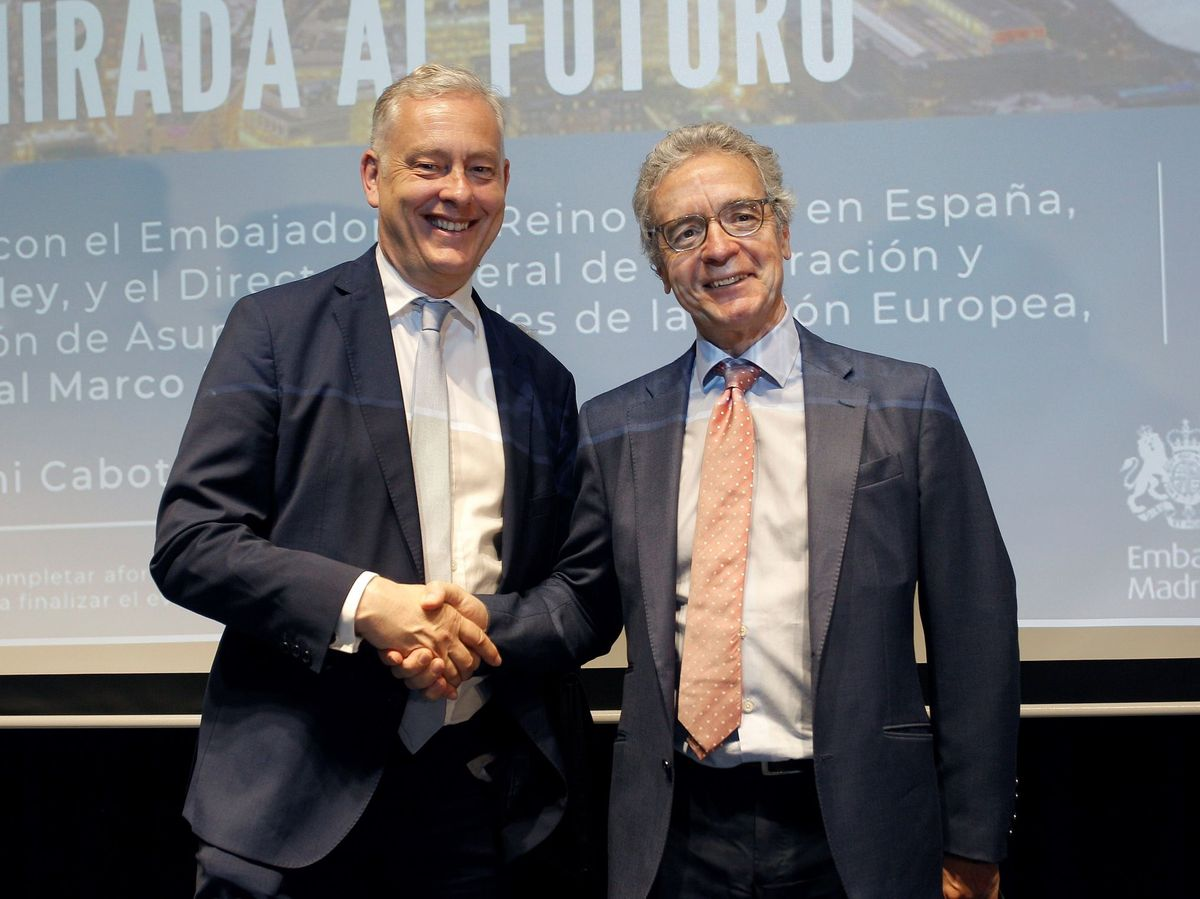 Foto: Foto de archivo de José Pascual Marco Martínez (derecha) junto al exembajador británico en España, Simon Manley. (EFE)