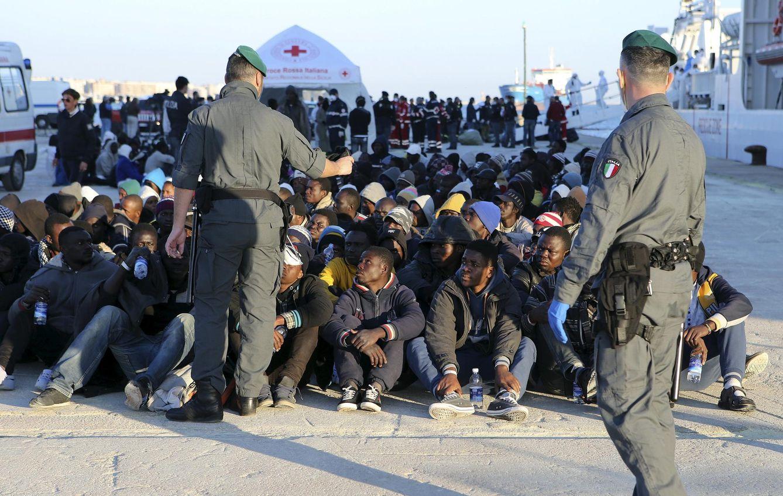 Foto: Personas que acaban de ser desembarcadas en Augusta, Sicilia, el 16 de abril de 2015. (Reuters)
