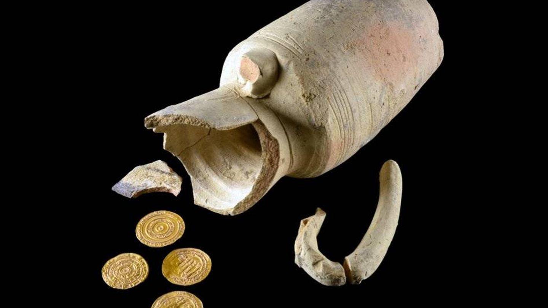 El juglet y las cuatro monedas de su interior. (Autoridad de Antigüedades de Israel)