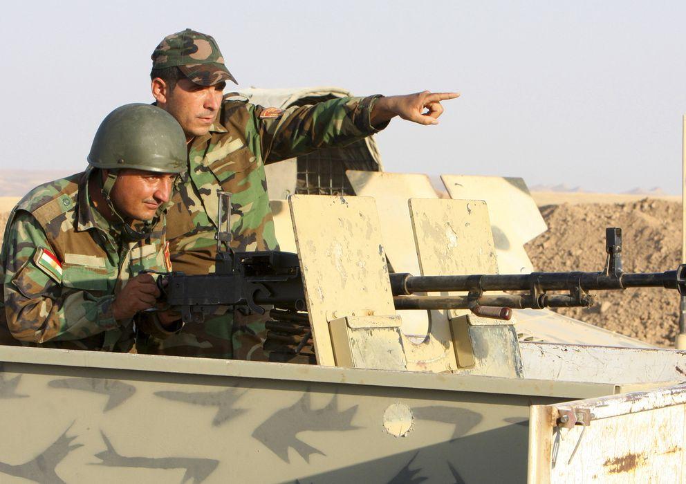Foto: Dos soldados kurdos durante una ofensiva contra el EI. (Reuters)