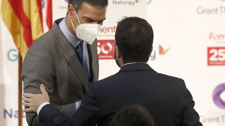 Pedro Sánchez, saluda al presidente de la Generalitat, Pere Aragonès. (EFE)