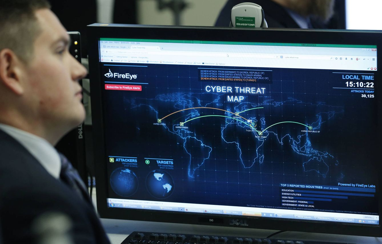 Foto: Un empleado del Departamento de Seguridad Nacional escucha a Barack Obama durante una visita del expresidente al National Cybersecurity and Communications Integration Center, en Arlington (Reuters).