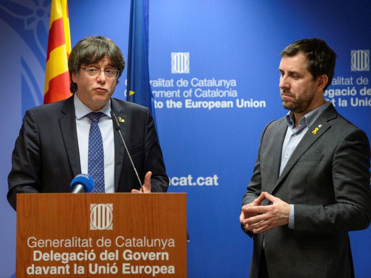 Foto: El expresidente de la Generalitat Carles Puigdemont (i) da una rueda de prensa en Bruselas. (Reuters)