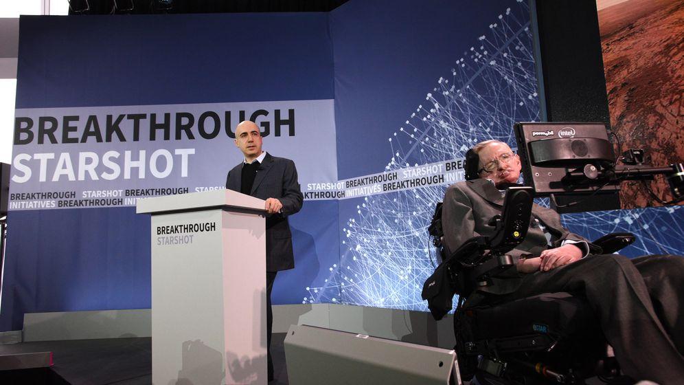 Foto: El millonario ruso Yuri Milner y el físico Stephen Hawking, durante la presentación del proyecto Starshot. (Getty)