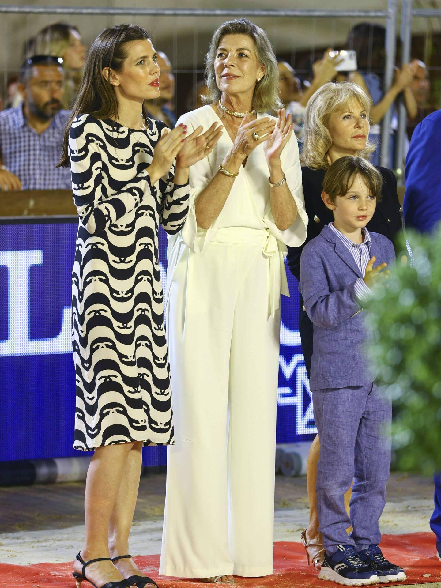 Carolina de Mónaco, junto a Carlota Casiraghi y su nieto Raphaël. (Cordon Press)