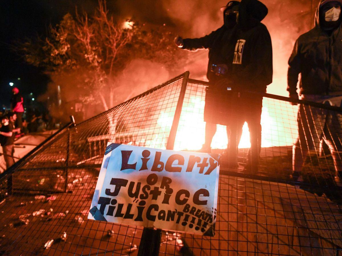 Foto: Noche de protestas en Mineápolis por la muerte de George Floyd. (EFE)