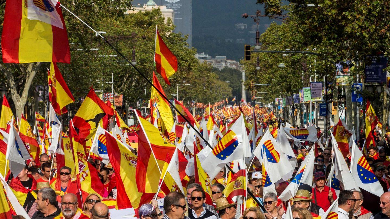 Miles de personas participan en el centro de Barcelona en una manifestación por la unidad de España. (EFE)