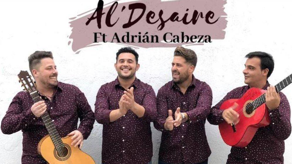 Foto: El cantante fallecido, Adrián Cabeza, junto al grupo Al' Desaire. (Fcaebook)