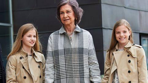 Leonor y Sofía, de la mano de su abuela, para visitar a don Juan Carlos
